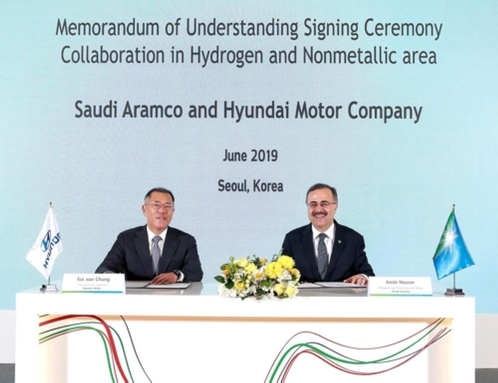 Hyundai Motor Executive Vice Chairman Chung Euisun (L) and Ahmad A. Al-Sa'adi, Saudi Aramco president Amin Alnassir, pose for a photo after signing an MOU to cooperate on hydrogen energy in Seoul.