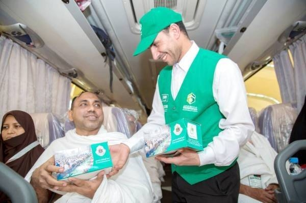 In addition to the gift packets containing various valuable items, the organization also offered pilgrims a true Arab hospitality providing them with roses, hot meals, dates and soft drinks.