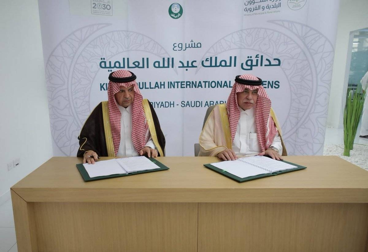 Acting Minister of Municipal and Rural Affairs Dr. Majid Bin Abdullah Al-Qasabi signed Thursday the contract for completing the King Abdullah International Parks project.