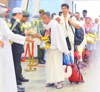 Director General of Passports Maj. Gen. Maj. Gen. Sulaiman Al-Yahya receives Malaysian pilgrims arriving via Makkah Route Initiative in Jeddah. — SPA