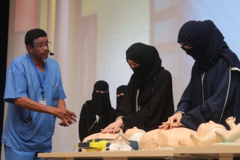Saudi young women learn first aid techniques
