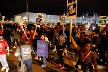 Members of the United Auto Workers (UAW) who are employed at the General Motors Co. Flint Assembly plant in Flint, Michigan, cheer as workers drive out of the plant as they go on strike early on Monday. -AFP