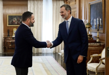 King Felipe VI of Spain, right, shakes hands with Spanish far-right party Vox leader Santiago Abascal at the Zarzuela Palace in Madrid, before a meeting ahead of the constitution of the new government, on Tuesday. — AFP