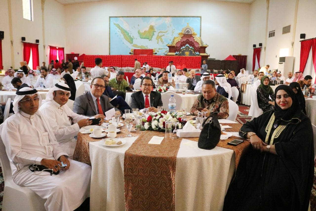 Consul General Mohamad Hery Saripudin and Rizal Purnama, director for Middle-East Affairs at Indonesia's Ministry of Foreign Affairs with dignitaries at the Halal Investment Forum 2019 in Jeddah on Wednesday.