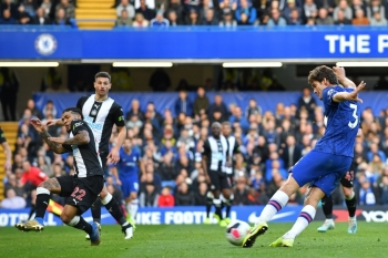 Chelsea's Spanish defender Marcos Alonso (R) shoots to score the opening goal of the English Premier League football match between Chelsea and Newcastle at Stamford Bridge in London, on Saturday. — AFP
