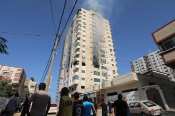 Smoke billows from a building in Gaza City on Tuesday, after an Israeli airstrike killed a commander of Palestinian militant group and prompted retaliatory rocket fire from the Palestinian enclave. -AFP