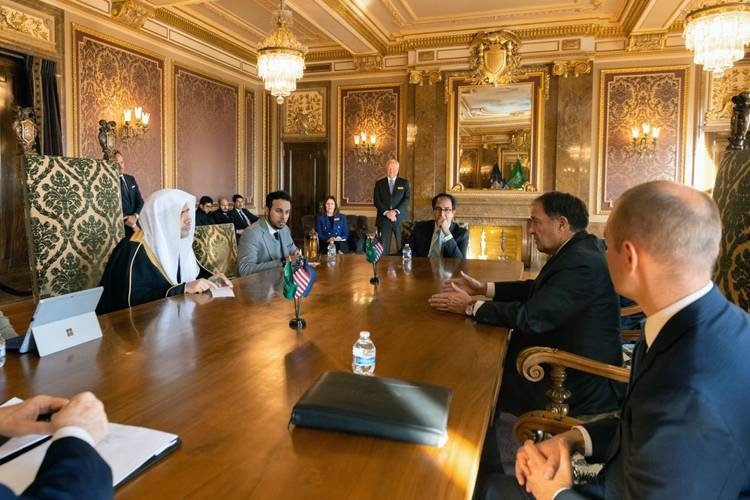 Secretary General of the Muslim World League (MWL) Sheikh Dr. Mohammed Bin Abdulkarim Al-Issa and Utah Governor Gary Herbert along with other officials hold discussions.