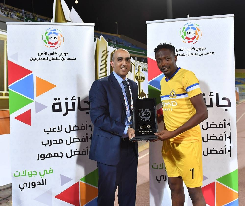 Nigerian Ahmed Musa in Al Nasr colors is presented a trophy in the Saudi Professional League (SPL).