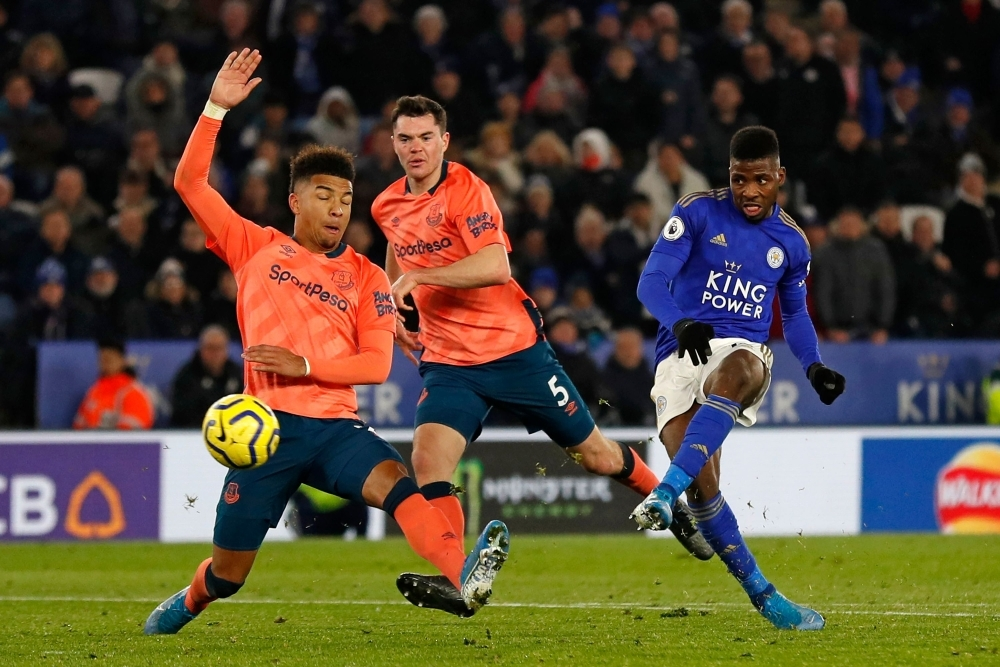 Leicester City's Nigerian striker Kelechi Iheanacho (R) shoots to score their late winning goal during the English Premier League football match between Leicester City and Everton at King Power Stadium in Leicester, central England, on Monday. Leicester won the game 2-1.— AFP
