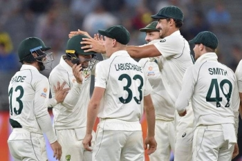 Australia's Mitchell Starc celebrates with teammates after picking up a wicket against New Zealand in the Pert Test on Sunday.
