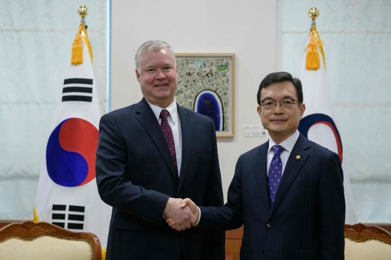 US special representative for North Korea Stephen Biegun (L) shakes hands with with South Korea's vice foreign minister Cho Sei-young (R) at the foreign ministry in Seoul on Monday. -AFP
