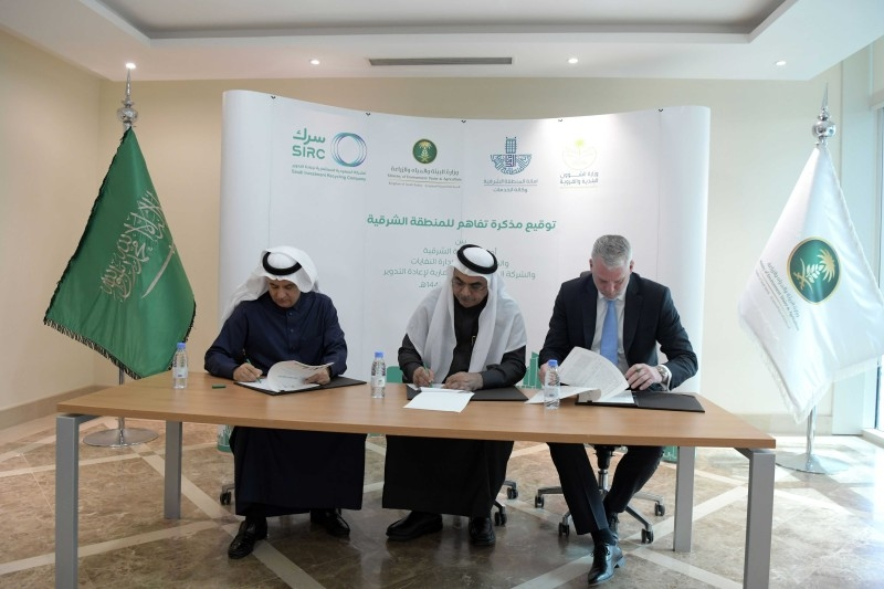 Eng. Abdulrahman bin Abdulmohsen Al-Fadley, the chairman of the board of directors of the National Waste Management Center; Eng. Fahad Aljubair, Mayor of the Eastern Province; and Eng. Jeroen Vincent, Chief Executive Officer of Saudi Investment Recycling Company sign the MoU.