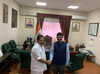 Mohammed Noor Rahman Sheikh, consul general of India, receives Ramesh Chennithala, leader of opposition of Kerala, at his consulate office in Jeddah on Thursday.