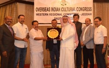 Ramesh Chennithala honoring prominent Saudi of Indian origin Sheikh Abdurahman Abdullah Yousuf Malaibari in Jeddah.