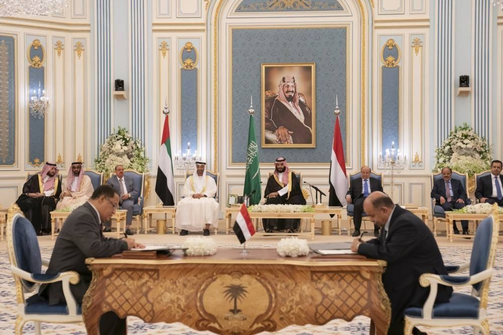 Crown Prince Muhammad bin Salman and AbuDahbi Crown prince Mohammed bin Zayed witness the signing of the Riyadh Agreement between the Yemeni government and the Southern Transitional Council. (File photo)
