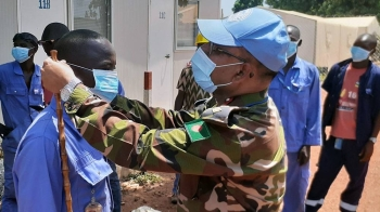 As part of the information campaign on COVID-19, the commander of the Bangladeshi medical contingent at the UN peacekeeping mission in the Central African Republic, encourages local contractors to wear protection masks. — courtesy MINUSCA