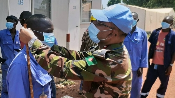 As part of the information campaign on COVID-19, the commander of the Bangladeshi medical contingent at the Security Council-mandated UN peacekeeping mission in the Central African Republic, encourages local contractors to wear protection masks. — courtesy MINUSCA