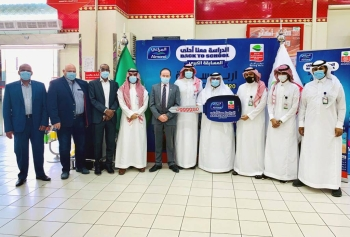 Officials of Almarai and Al-Othaim honor winners of Back to School competition.
