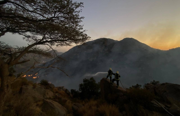 The Civil Defense Forces efforts to extinguish the blaze in a rugged area of the mountain. (Credit: SaudiDCD twitter account)