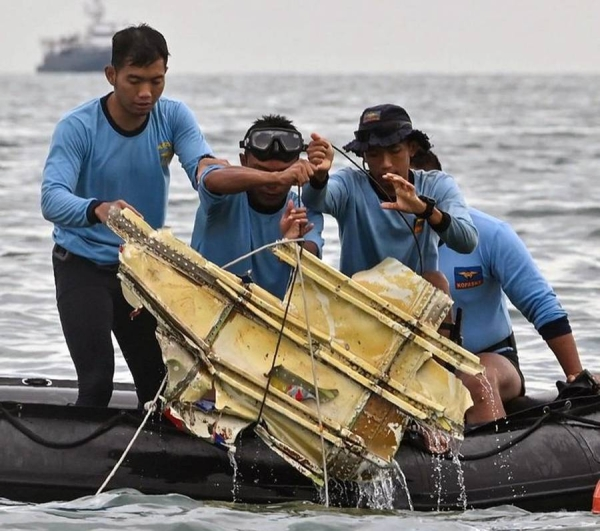 Navy rescuers find a part of the Sriwijaya Air plane wreckage Saturday. A team from Singapore's Transport Safety Investigation Bureau is assisting with the probe into the  crash. — courtesy Twitter