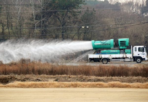 A truck sprays disinfectant near a duck farm in Janseong in South Jeolla Province last Friday, after outbreak of a highly pathogenic bird flu in the region. — courtesy Yonhap