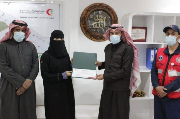 A branch of the Saudi Red Crescent Authority in the Northern Borders region recently honored Abeer Al-Anzi, a Saudi nurse, who saved the life of a neighbor by attending her delivery at home. — Courtesy photo