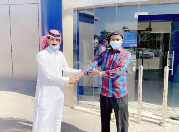 Saudi Ghazi Al-Dosari honored the Ethiopian expatriate, who returned a sum of SR65,000 that was transferred to his account by mistake.