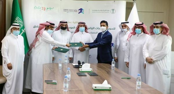 Ahmed Al Ayadah, deputy minister – MEWA, along with Dr. Abdullah Kadman, chairman of Cooperative Societies Council and Shehim Mohammed, director of LuLu Saudi Hypermarkets, at the agreement signing between LuLu Hypermarket and Cooperative Societies Council for the betterment of local farmers in the Kingdom.