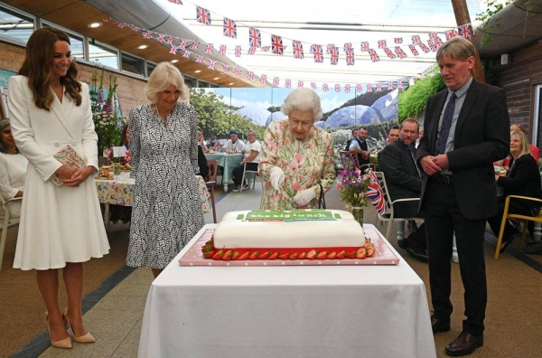 Queen Elizabeth had both raised eyebrows and amused people by insisting on using a ceremonial sword to cut one of her birthday cakes. — courtesy Twitter