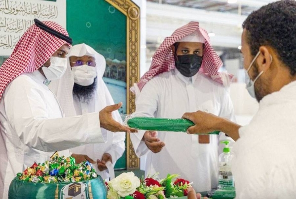 The General Presidency for the Affairs of Two Holy Mosques welcomed and received at the Grand Mosque Umrah performers from outside of Saudi Arabia.