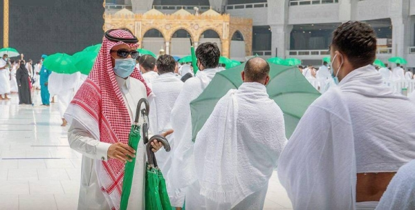 The General Presidency for the Affairs of the Two Holy Mosques has distributed 4,000 umbrellas to Umrah performers, worshippers and workers at the Grand Mosque.